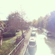 Лодки! Вдоль канала Темзы стоит множество однотипных разноцветных узких лодок, которые крайне редко сдвигаются с места. А потому, что это не просто такой хитрый и вычурный вид транспорта, а полноценные дома на воде!